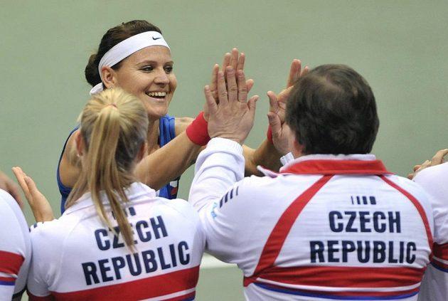 Lucie Šafářová přijímá gratulace k výhře od členů českého fedcupového týmu.