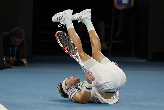 Rakušan Dominic Thiem padá k zemi během semifinále Australian Open.