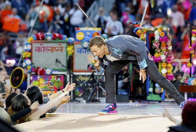 Chris Martin, zpěvák skupiny Coldplay, při přestávkové show finále ligy amerického fotbalu mezi Carolinou a Denverem v Santa Claře.