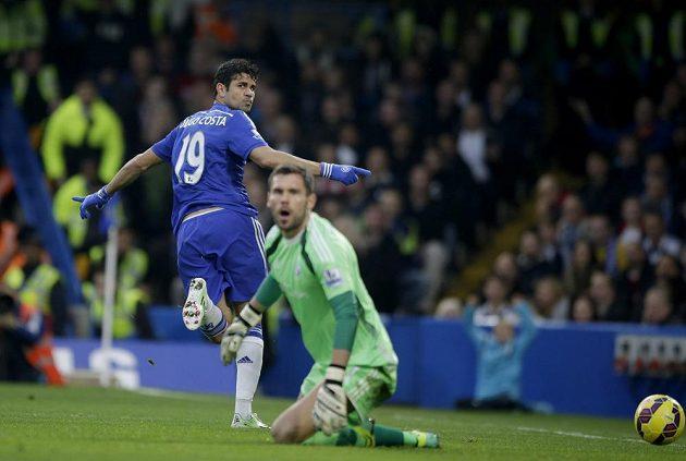 Diego Costa (vlevo) z Chelsea překonává brankáře WBA Bena Fostera v utkání 12. kola anglické ligy.