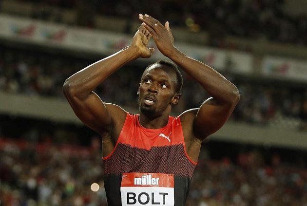 Jamajský sprinter Usain Bolt se raduje z vítězství na trati 200 m v Londýně.