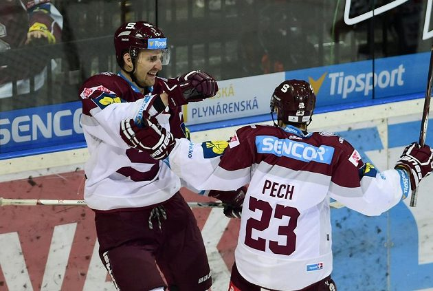 Sparťanský útočník Petr Kumstát (vlevo) se raduje se spoluhráčem Lukášem Pechem z gólu proti Hradci Králové.