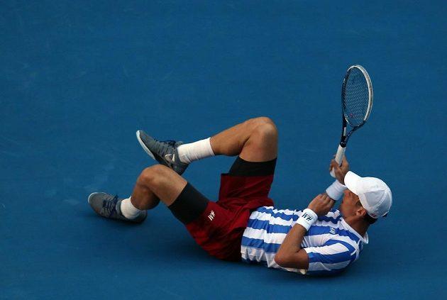 Tomáš Berdych se po jedné z výměn ocitl na zemi.