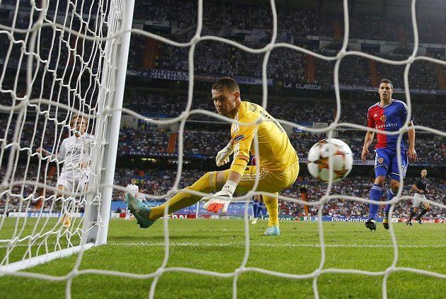 Basilejský brankář Tomáš Vaclík při jedné z těžkých chvil v utkání s Realem Madrid.