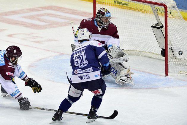 Lukáš Pulpán z Plzně střílí gól Tomáši Pöpperlemu ze Sparty.
