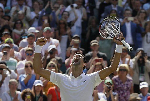Srbský tenista Novak Djokovič zatím může ve Wimbledonu jen slavit.