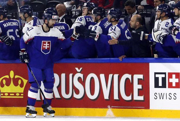 Slovák David Buc se dělí se spoluhráči o radost z gólu proti Francii.