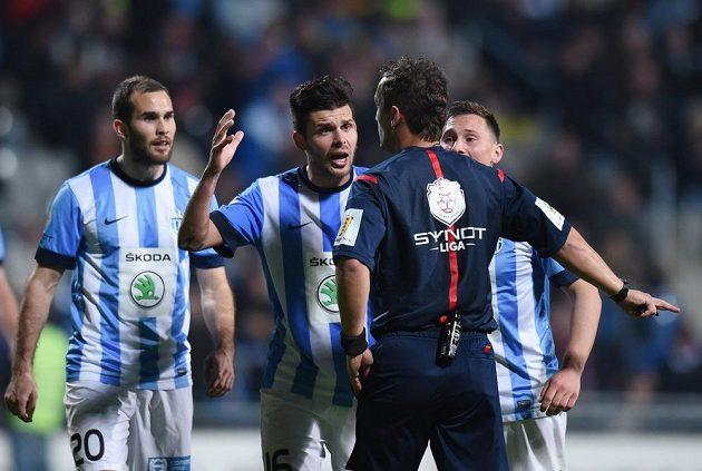 (Zleva) Jan Kysela, Michal Ďuriš a Jan Bořil z Boleslavi se rozčilují na hlavního rozhodčího kvůli nařízené penaltě v duelu se Spartou.
