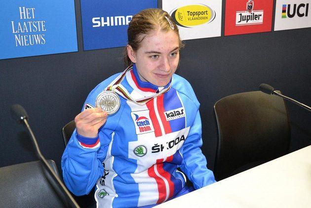 Cyklokrosařka Nikola Nosková ukazuje zlatou medaili ze závodu žen do 23 let na mistrovství světa v belgickém Heusden-Zolderu.