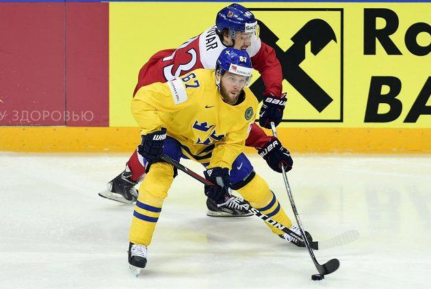 Švédský reprezentant Linus Omark (vpředu) a Jan Kovář z ČR bojují o puk.