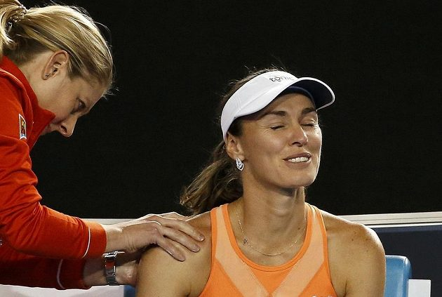 Po první sadě finálového duelu si Martina Hingisová nechala ošetřit bolavé rameno.