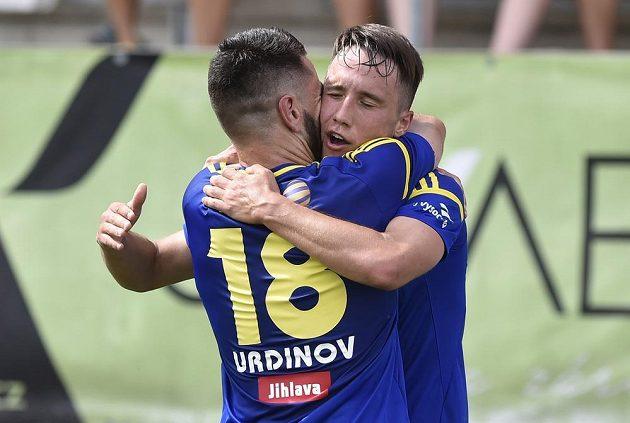 Radost jihlavských fotbalistů z gólu. Vlevo Jani Urdinov a vpravo střelec Davis Ikaunieks.