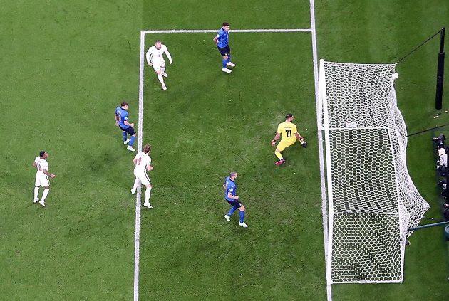 Situace při gólu Angličanů: čtvrtý zleva střelec Luke Shaw.