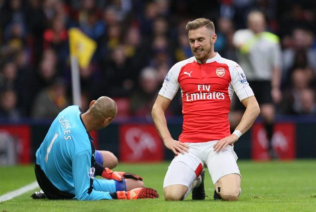 Fotbalista Arsenalu Aaron Ramsey vedle gólmana Watfordu Heurelha Gomese poté, co mu chytil šanci.