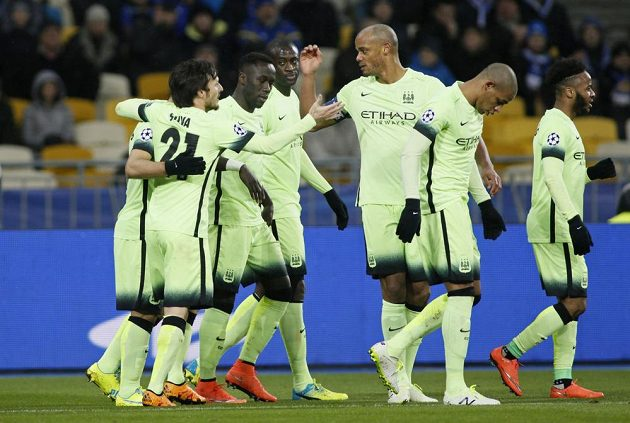 Fotbalisté Manchesteru City se radují z gólu proti Dynamu Kyjev.