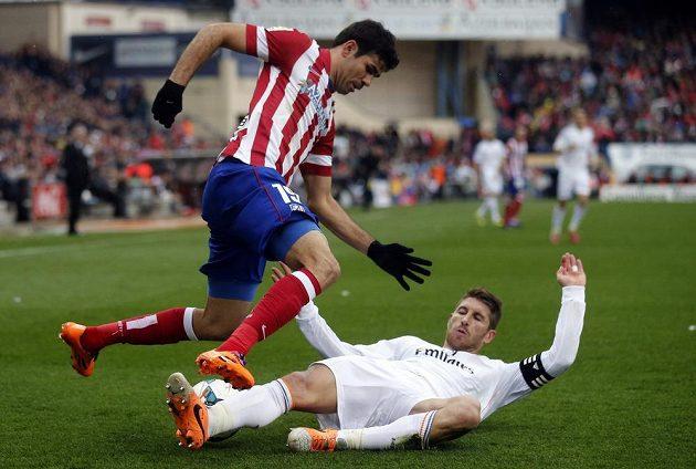 Útočník Atlétika Madrid Diego Costa (vlevo) v souboji se Sergiem Ramosem z Realu.