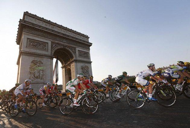 Cyklisté u Vítězného oblouku v srdci Paříže