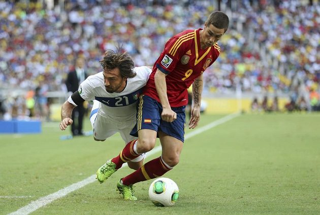 Souboj španělského útočníka Fernanda Torrese (vpravo) s režisérem hry italského národního výběru Andreou Pirlem.