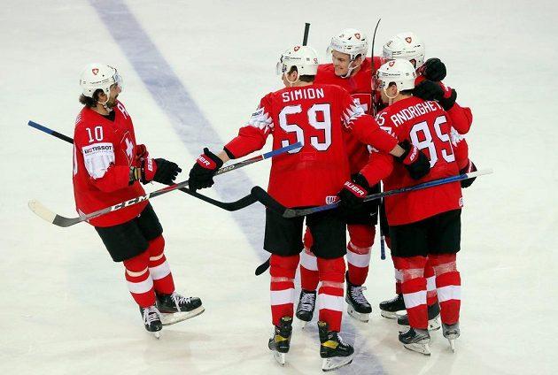 Švýcaři se radují po gólu proti Slovensku.