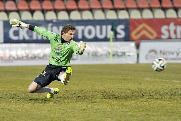 Brankář Slovácka Milan Heča dostává gól od příbramského útočníka Romana Bednáře.
