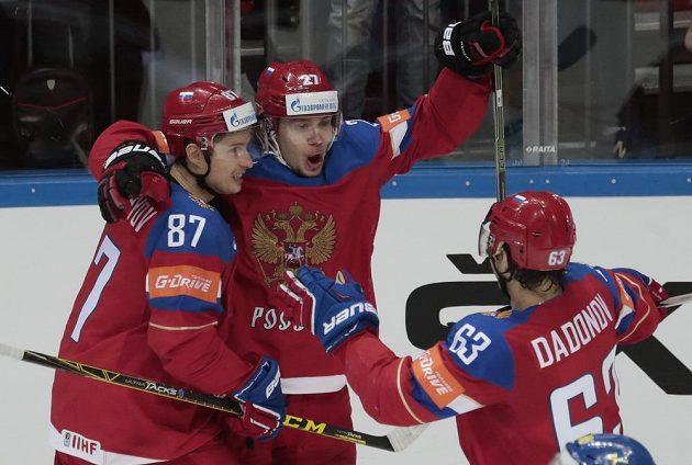 Ruský hokejista Artěmij Panarin, uprostřed, slaví se spoluhráči gól proti Švédsku.