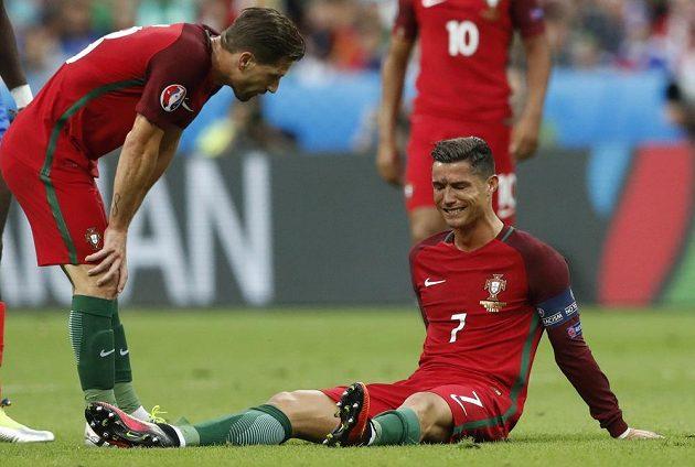 Konec, potlesk diváků vyprovodil Cristiana Ronalda do šatny. Po zákroku na koleno musel střídat v prvním poločase, finále mistrovství Evropy pro něj skončilo. Portugalec předčasně dohrál po zákroku, který předvedl záložník Dimitri Payet.
