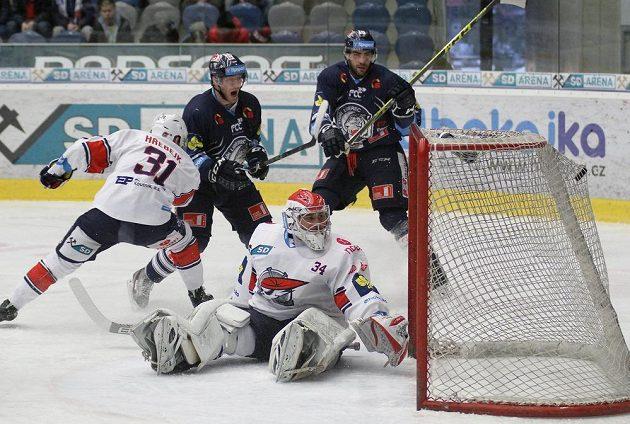 Chomutovští hokejisté Štěpán Hřebejk a brankář Robert Kristan, z gólu se radující liberecký Jan Stránský, přihlíží Petr Jelínek (vpravo).