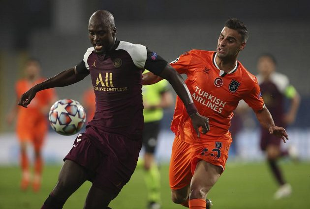 Hostující Danilo Pereira z PSG bojuje o míč s Denizem Turucem s Basaksehiru