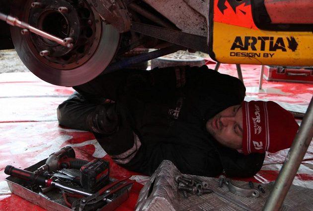 Ford Fiesta WRC českého pilota Martina Prokopa v péči mechaniků.
