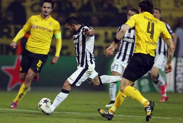 Carlos Tévez si hrál s obranou Dortmundu jako kočka s myší, zabránit ve skórování mu nedokázali ani obránci Matts Hummels a Neven Subotič (zády).