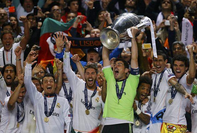 Kapitán Realu Iker Casillas a jeho spoluhráči se radují po triumfu v LM.