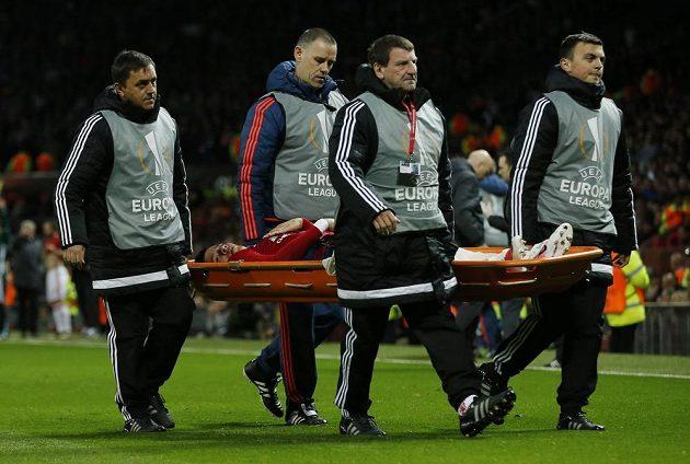 Marcos Rojo z Manchesteru United je odnášen na nosítkách během utkání s Anderlechtem.