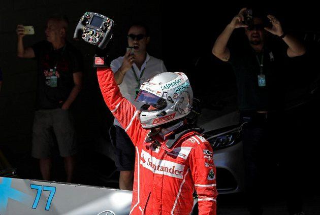 Sebastian Vettel si užívá triumf v Brazílii.