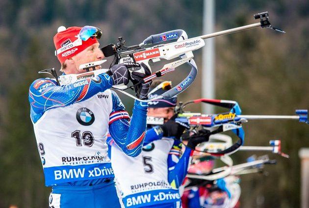 Český biatlonista Ondřej Moravec při střelbě během závodu s hromadným startem v německém Ruhpoldingu.