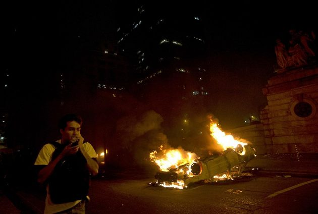Demonstranti v Rio de Janeiru zapálili i několik automobilů.