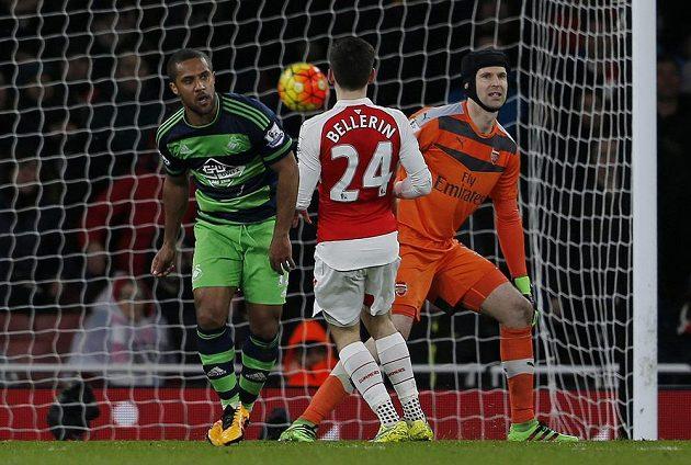 Wayne Routledge (vlevo) ze Swansea poté, co v souboji s Arsenalem překonal Petra Čecha.