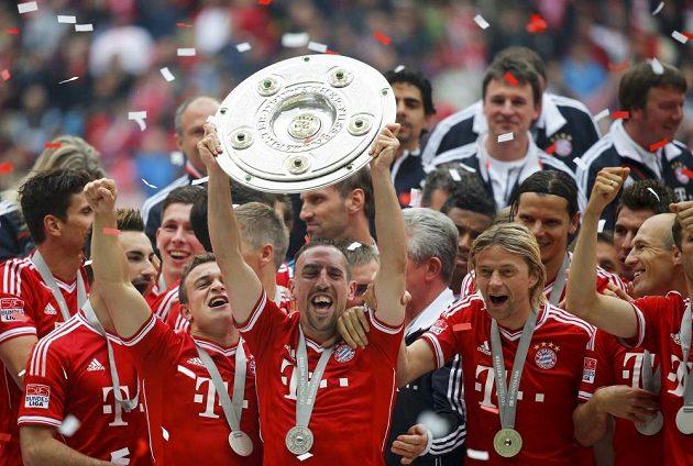 Franck Ribéry (uprostřed) se raduje se spoluhráči z vítězství v bundeslize.