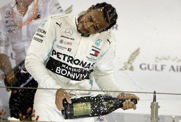 Nezbytná sprcha šampaňským v podání vítěze Lewise Hamiltona.