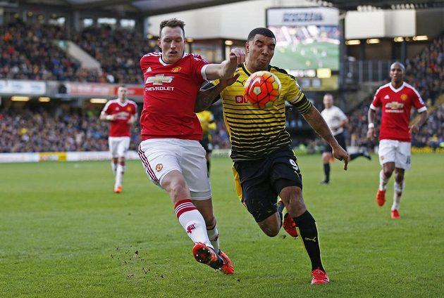 Obránce Manchesteru United Phil Jones (vlevo) v souboji se záložníkem Watfordu Troyem Deeneym v zápase 13. kola Premier League.