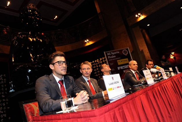 Sparťané (zleva) Lukáš Vácha, Ladislav Krejčí, Marek Matějovský a trenér Vítězslav Lavička během tiskové konference před utkáním s Plzní.