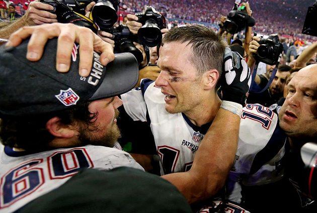 Quarterback New England Patriots Tom Brady slaví s Davidem Andrewsem (triumf v Super Bowlu.