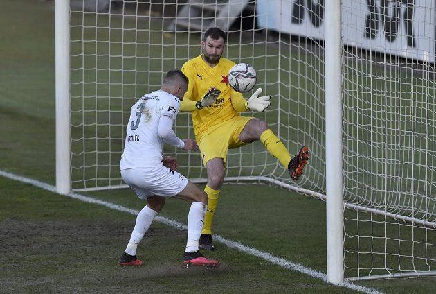 Michal Kadlec střílí zblízka hlavou druhý gól Slovácka, brankář Slavie Ondřej Kolář zasáhnout nestačil.