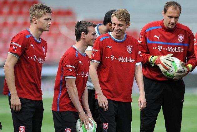 Hráči české fotbalové reprezentace (zleva): Václav Procházka, Vladimír Darida, Ladislav Krejčí a Jaroslav Drobný během tréninku.