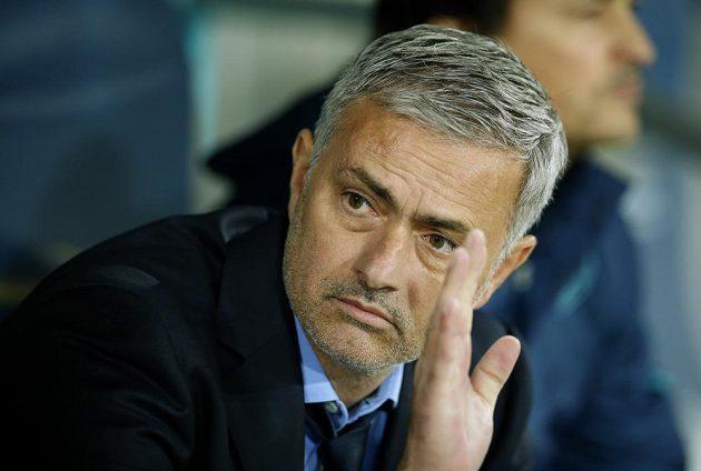 Kouč Chelsea Jose Mourinho před utkáním na hřišti Maccabi Tel Aviv.