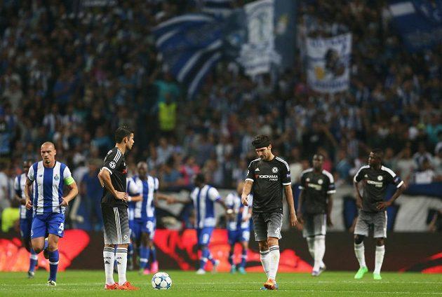 Zklamaní fotbalisté Chelsea Diego Costa a Cesc Fábregas poté, co jejich tým inkasoval v Portu druhý gól.