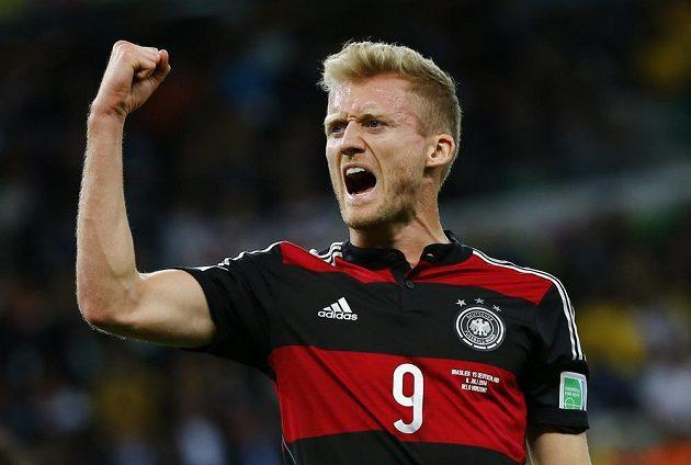 Jsme ve finále! Vítězné gesto útočníka Schürrleho.