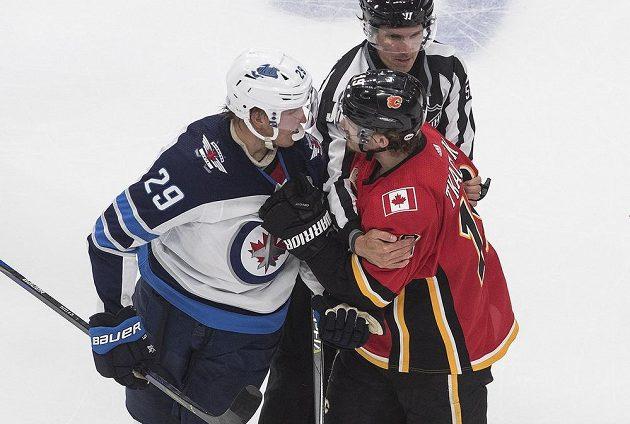 Hokejista Winnipegu Jets Patrik Laine (29) se hodně zlobil po zranění hvězdy Jets na Matthewa Tkachuka (19) z Calgary Flames.