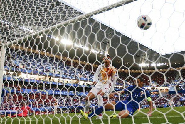 Španěl Alvaro Morata dává gól proti Chorvatsku.