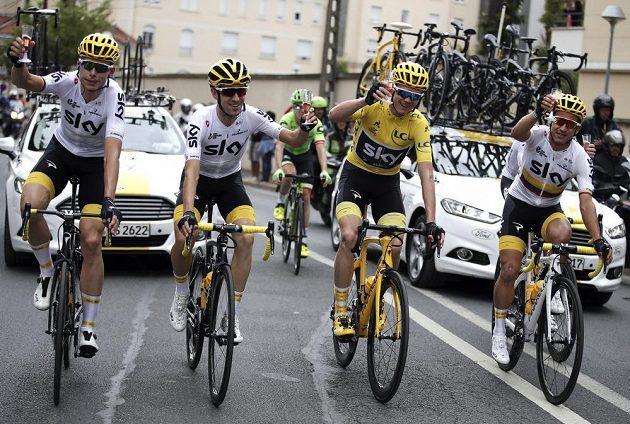 Staronový šampión Tour de France Chris Froome si během závěrečné etapy připíjí šampaňským s kolegy z týmu Sky.