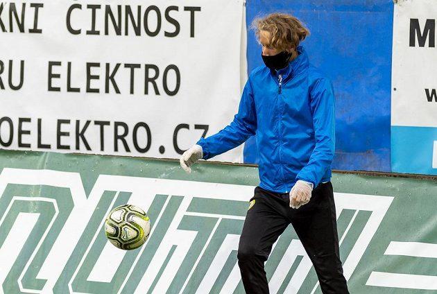 Podavač míčů s rouškou a rukavicemi na ochranu proti koronaviru v ligovém utkání Teplice - Liberec.